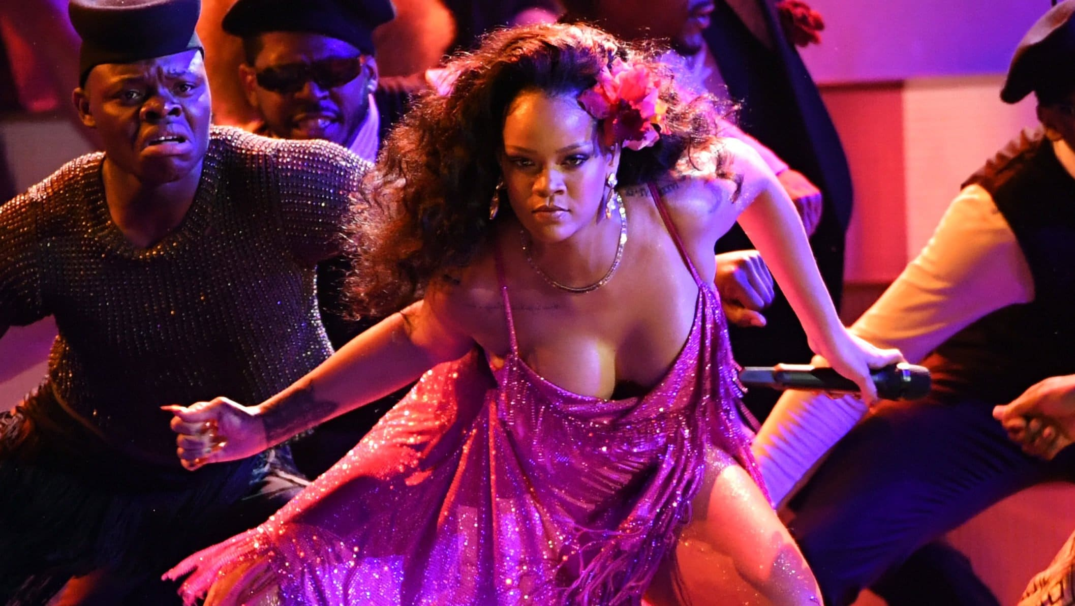 Rihanna does Gwara Gwara dance at the Grammy's