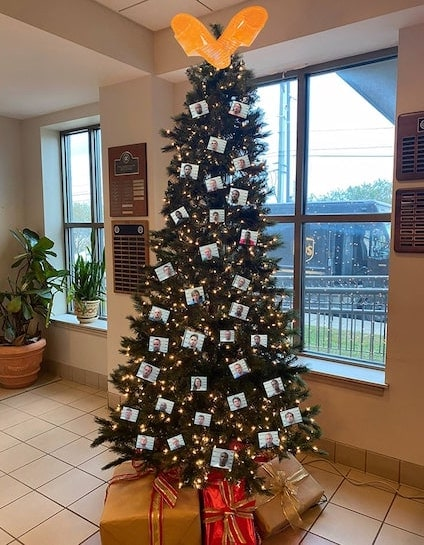 Alabama sheriff's office's 'Thugshots' Christmas tree photo sparks backlash